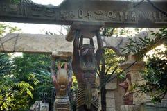 Egyptische standbeelden en kolommen en palmen landschap stock foto's