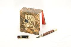 Egyptische stijlnotitieboekje en pen Stock Afbeeldingen