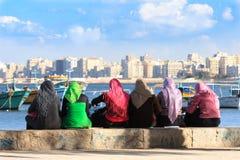 Egyptische vrouwen in kleurrijke headscarves Stock Foto