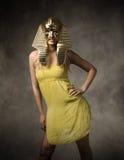 Egyptisk farao med den guld- maskeringen royaltyfria foton