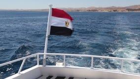 Egyptisk flagga på den vita yachtgungningen på vinden arkivfilmer