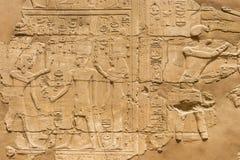 Egyptisk hieroglyfer på den Karnak templet i Luxor, Egypten royaltyfri foto