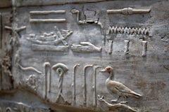 Egyptisk hieroglyfer på stenen Arkivfoton