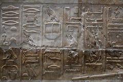 Egyptisk hieroglyfer på stenlättnad Royaltyfri Foto