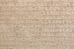 Egyptisk hieroglyfstenbakgrund royaltyfria bilder