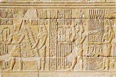 egyptisk hieroglyph Hieroglyfiska carvings på en vägg Arkivfoto