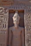 Hieroglyphics och staty i Egypten royaltyfria bilder