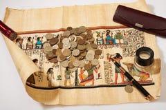 Egyptisk papyrus och pengar royaltyfri fotografi