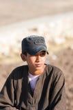 Egyptisk pojke nära Abu Simbel Temple, Egypten Royaltyfria Bilder