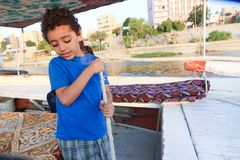 Egyptisk pojke på fartyget royaltyfri foto