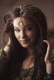 Egyptisk prinsessa Cleopatra i öken fotografering för bildbyråer