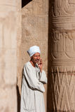Egyptisk touristic handbok i den Luxor templet, Egypten Fotografering för Bildbyråer