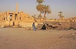 Egyptiska arbetare som vilar på det Karnak tempelkomplexet, Luxor Arkivbild