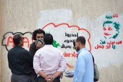 egyptiska grafitti för artitistdemostrators som talar till Arkivfoton