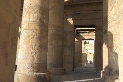 Egyptiska hieroglyf och teckningar på väggarna och kolonnerna Egyptiskt språk, livet av forntida gudar och folk i hieroglyfiskt Arkivfoton