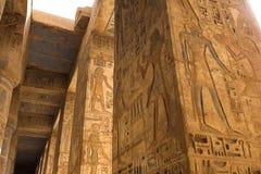 Egyptiska hieroglyf och teckningar på väggarna och kolonnerna Egyptiskt språk, livet av forntida gudar och folk i hieroglyfiskt Royaltyfri Bild