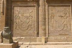 Egyptiska hieroglyf och teckningar på väggarna och kolonnerna Egyptiskt språk, livet av forntida gudar och folk i hieroglyfiskt Royaltyfri Fotografi