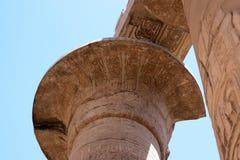 Egyptiska hieroglyf på kolonnerna av den Karnak templet Royaltyfri Fotografi