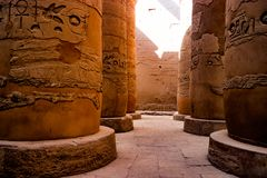 Egyptiska hieroglyfiska kolonner i Luxor, Egypten Arkivfoton