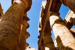Egyptiska hieroglyfiska kolonner i Luxor, Egypten Royaltyfri Foto