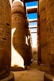 Egyptiska hieroglyfiska kolonner i Luxor, Egypten Arkivfoto