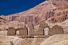 Hieroglyphics och Facades av byggnader i Egypten fotografering för bildbyråer