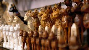 Egyptiska katter f?r souvenir av stenen och andra produkter p? lagerhyllor i Egypten lager videofilmer