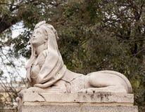 Egyptiska kvinnliga den Retro sfinxstenstatyn parkerar Madrid Spanien Royaltyfria Foton