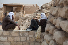 Egyptiska män med framsidor Conceled i traditionella kläder Arkivbild