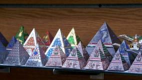 Egyptiska pyramider i presentaffären stock video