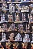 Egyptiska souvenir och statyer i litet shoppar, Egypten Arkivbild