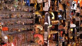 Egyptiska souvenir shoppar f?r turister i den gamla stadsmarknaden p? natten stock video