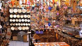 Egyptiska souvenir shoppar f?r turister i den gamla stadsmarknaden p? natten lager videofilmer