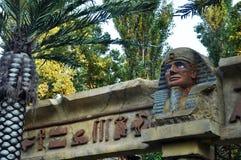 Egyptiska statyer och palmträd landskap royaltyfri fotografi