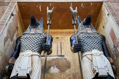 Egyptiska vaktstatyer som rymmer personaler på Universal Studios Singapore fotografering för bildbyråer