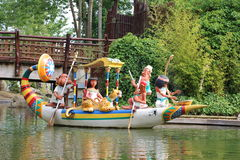 Egyptyan fartyg med dockor från den Epidemais Croisiere dragningen på Park Asterix, Ile de France, Frankrike fotografering för bildbyråer