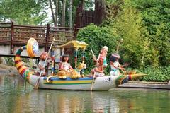 Egyptyanboot met poppen van de aantrekkelijkheid van Epidemais Croisiere bij Park Asterix, Ile de France, Frankrijk stock afbeelding