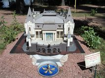 egzamin próbny kukiełkowy teatru budynek przy wystawą wskazówki w miniaturze zdjęcia royalty free