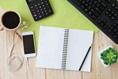 Egzamin próbny up biuro stołu biurka workspace z pustym notatnikiem, mądrze telefonem, kalkulatorem, komputerową klawiaturą i kaw Zdjęcie Royalty Free
