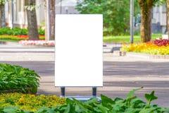 Egzamin próbny Up Plenerowa reklama, pusty billboard outdoors, informaci publicznej deska w parku obraz stock