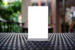 Egzamin próbny w górę menu ramy pozyci na drewno stole w Prętowej restauracyjnej kawiarni Obraz Stock