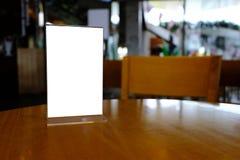 Egzamin próbny w górę menu ramy pozyci na drewno stole w Prętowej restauracyjnej kawiarni Zdjęcie Stock