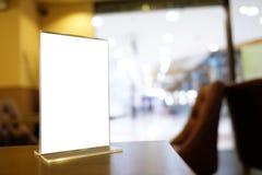 Egzamin próbny w górę menu ramy pozyci na drewno stole w Prętowej restauracyjnej kawiarni Zdjęcia Stock