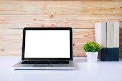 Egzamin próbny w górę pustego bielu ekranu laptopu obrazy royalty free