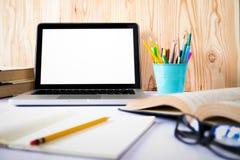 Egzamin próbny w górę pustego bielu ekranu laptopu zdjęcia stock