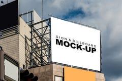 Egzamin próbny w górę plenerowego billboardu na odgórnym budynku Zdjęcia Royalty Free