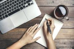 Egzamin próbny Z laptopem Na Drewnianym stole Obraz Stock