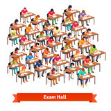 Egzamin sala lekcyjna pełno ucznie pisze tescie Fotografia Royalty Free