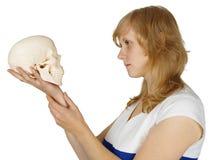 egzamininuje czaszki ludzkiej białej kobiety Obrazy Royalty Free