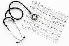 Egzamininuje serce zapobiegać kierową chorobę Stetoskop i kardiogram na białego tła odgórnym widoku Obraz Royalty Free